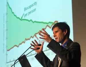Mathis Wackernagel, l'inventore dell'Impronta Ecologica, ritratto oggi a MIlano. La crisi economica come stimolo aicambiamenti, la sostenibilita' ambientale come prospettiva di sviluppo per le imprese italiane. E' lo scenario delineato al convegno internazionale 'Alimentazione e Ambiente sano per te, sostenibile per il pianeta' organizzato oggi a Milano dal Barilla Center for Food & Nutrition (Bcfn), ''un centro di pensiero e cambiamento che, con approccio trasversale, mira a proporre soluzioni per affrontare le sfide alimentari del prossimo futuro'', come ha detto Paolo Barilla, vice presidentedel Gruppo Barilla. ANSA/STEFANO PORTA/on